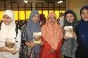 saat acara hijab class, sambil mencoba gaya jilbab, menikmati #Rinai
