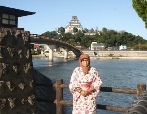 Sinta Yudisia di depan Karatsu Castle