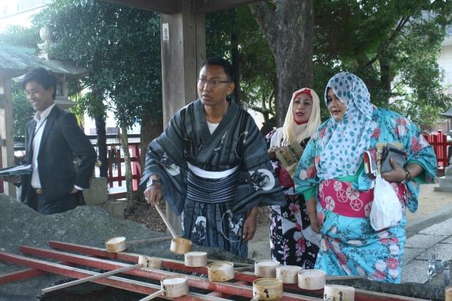 Karatsu Jinja Temple : cara memakai air