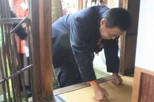 Cara masuk ruang tea ceremony