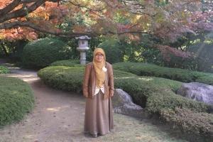 Penulis di depan momiji dan latar belakang rumah tradisional