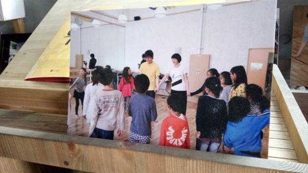 mengajar tarian untuk anak-anak
